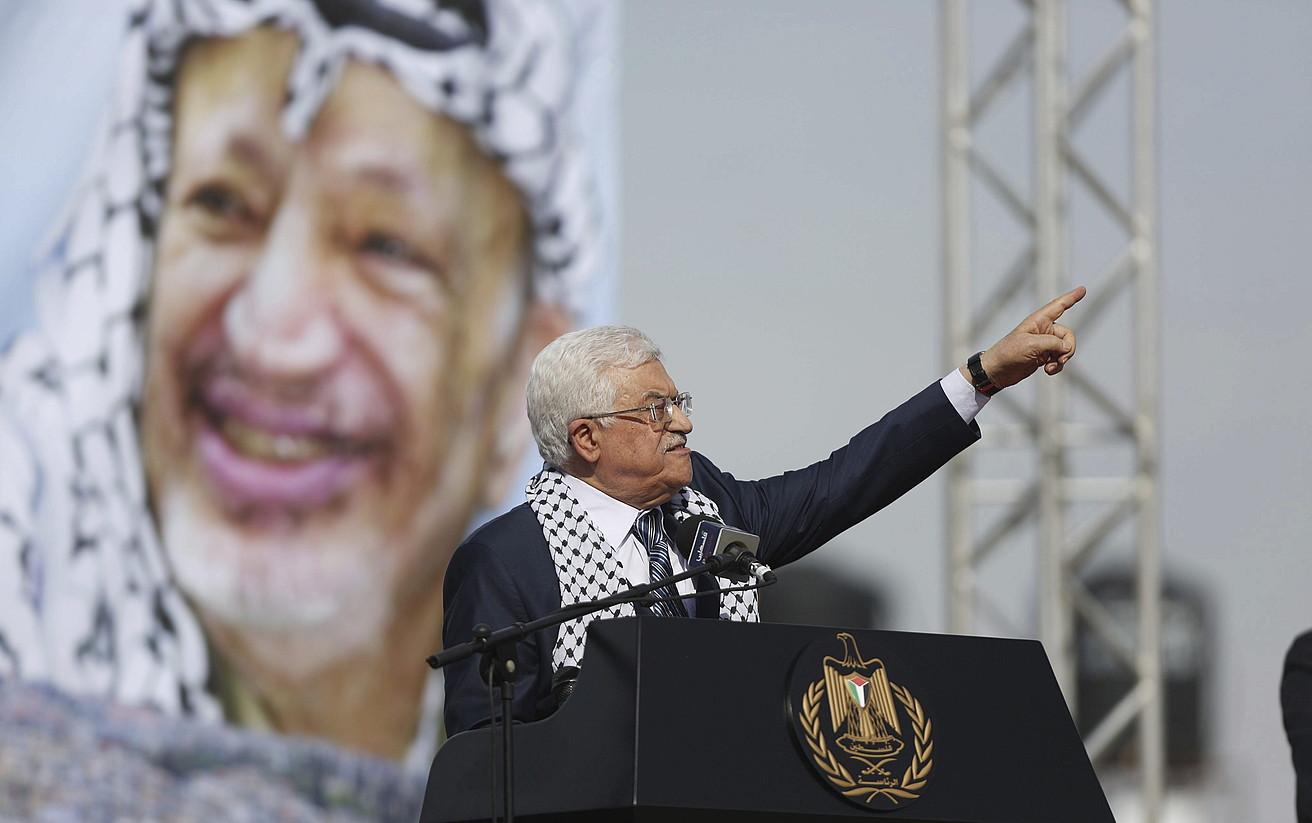 Mahmud Abbas, Yasser Arafaten argazki bat atzean duela, buruzagi historikoaren heriotzaren hamargarren urteurrenean Mukatan eginiko ekitaldian.