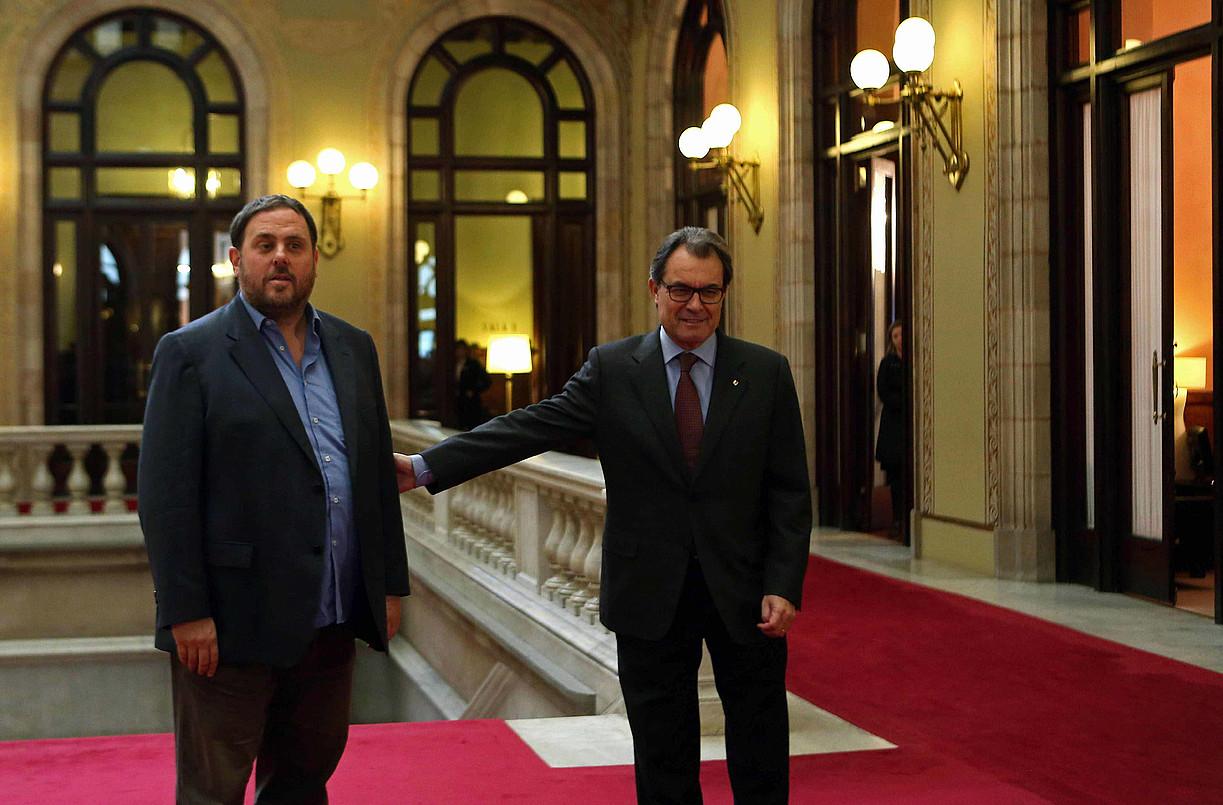 Oriol Junqueras eta Artur Mas, atzo, Kataluniako Parlamentuko korridorean.