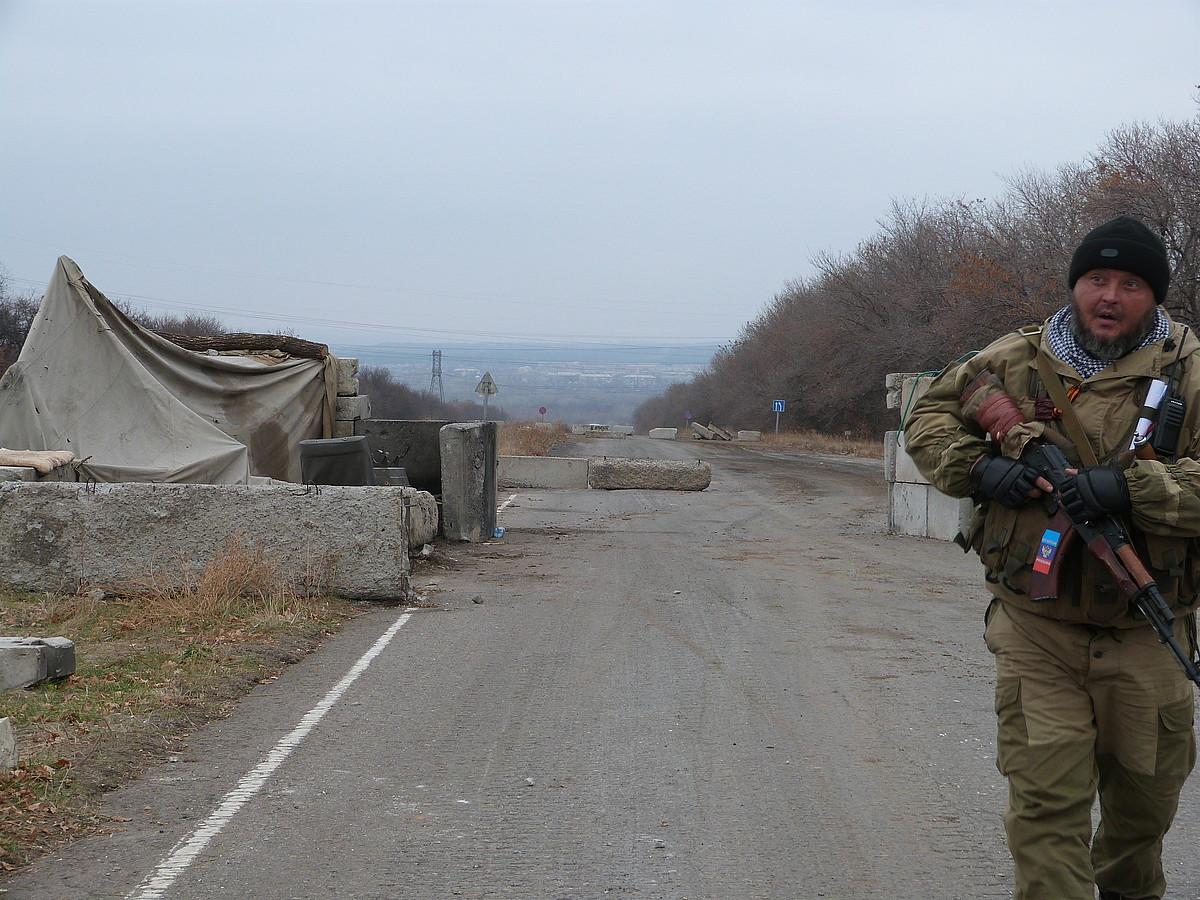 Miliziano kosako bat, Stanistxa Luhanskaia herrian, gerra fronteen arteko gune desmilitarizatuan.