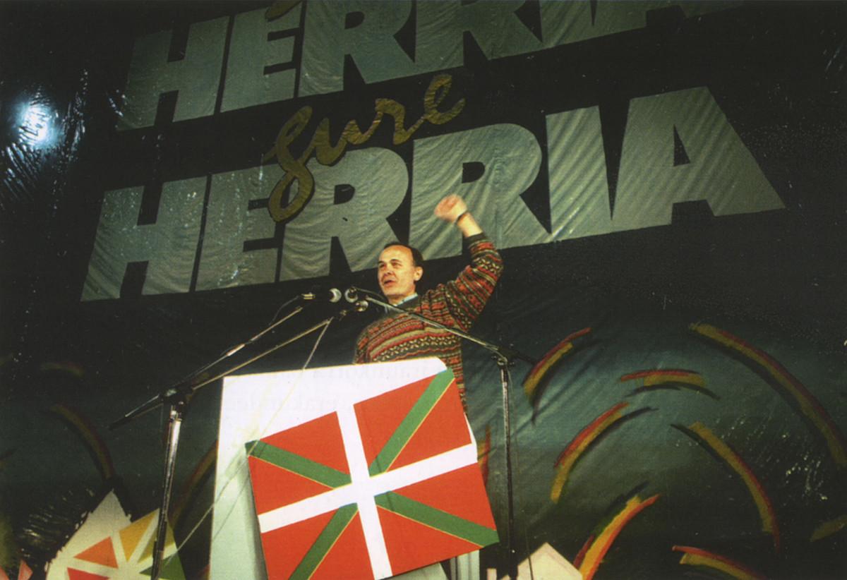 Angel Alcalde, 1991n Donostian, HBren mitin batean. Ihes eginda zegoen 1989tik. Sasian jarraitu zuen. / BERRIA