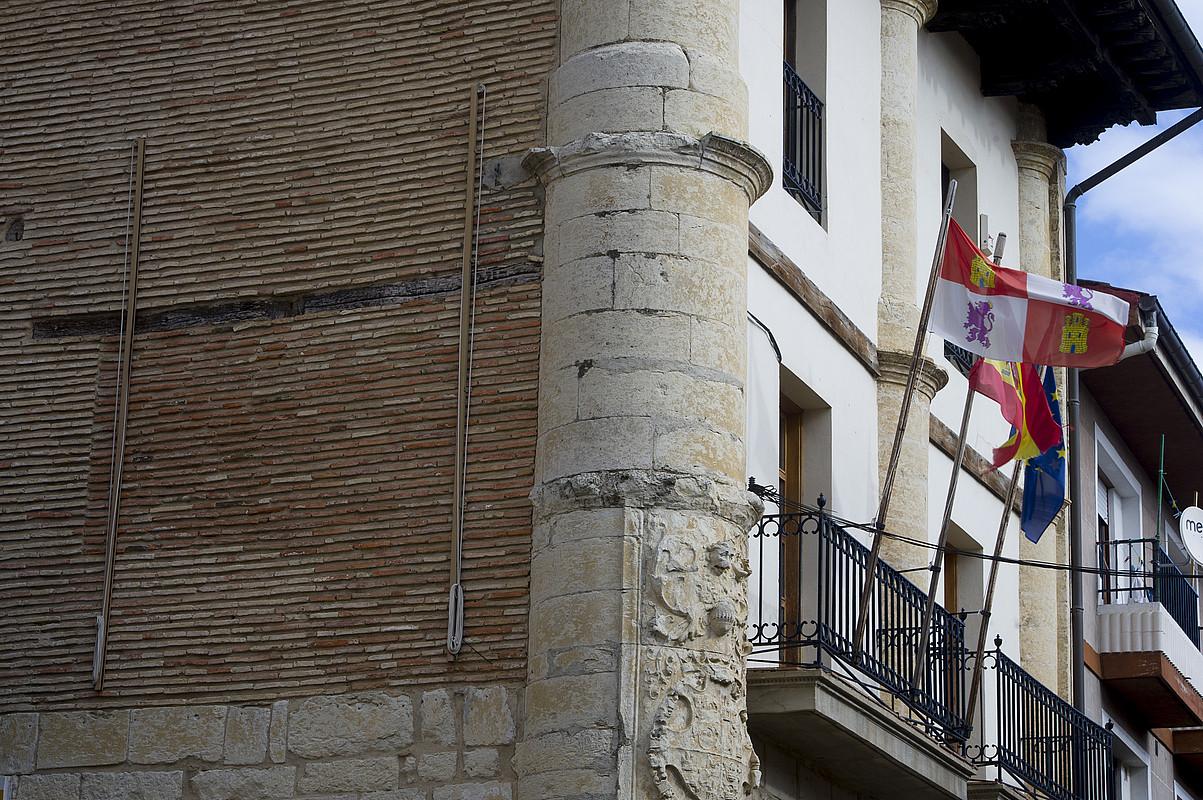 Gaztela Leongo, Espainiako eta Europako Batasuneko banderak, Trebiñuko udaletxeko balkoian. / RAUL BOGAJO / ARGAZKI PRESS