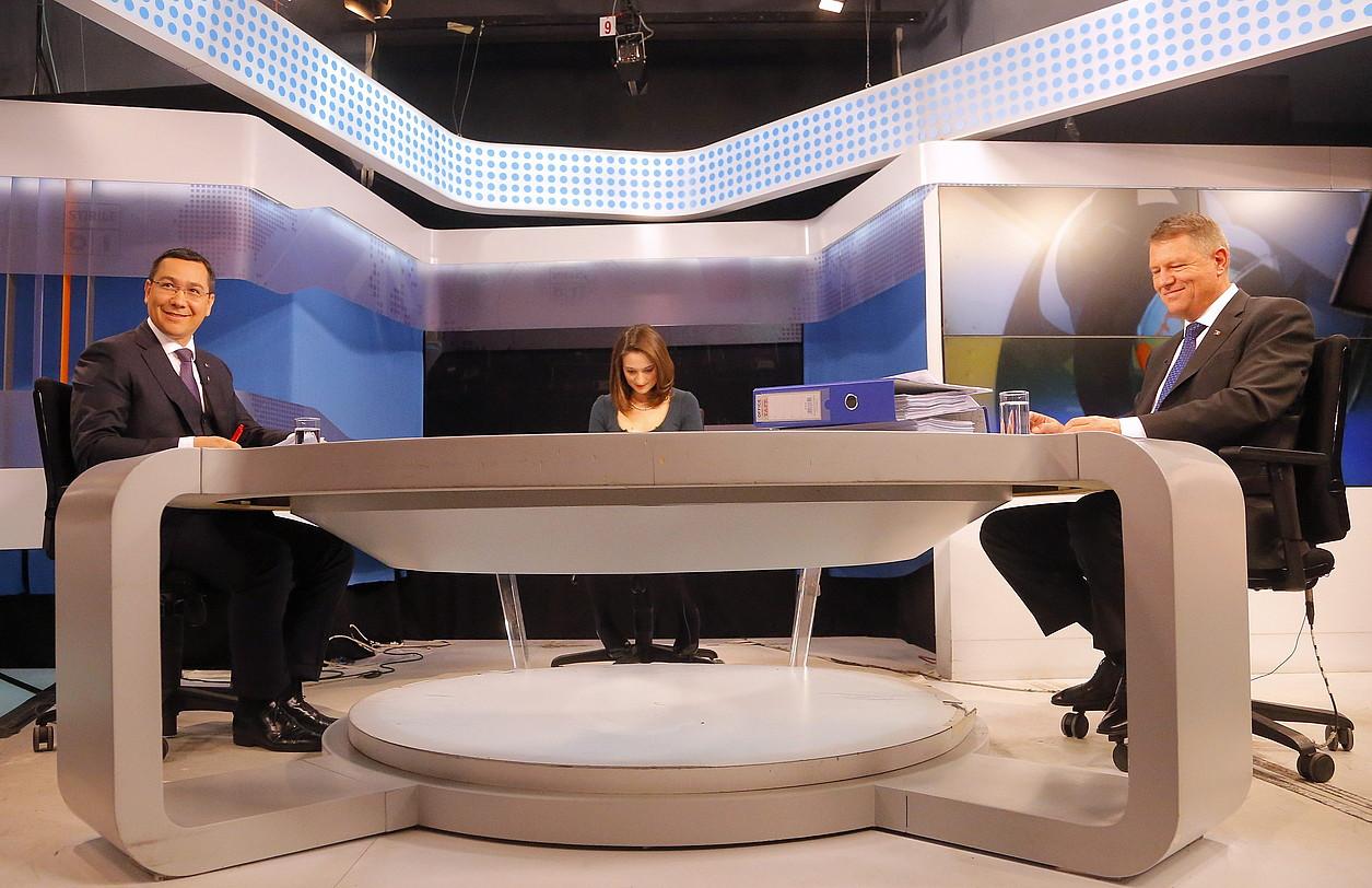 Victor Ponta lehen ministro sozialdemokrata eta Klaus Iohannis hautagai liberala, asteazkenean telebistan egindako debatean.