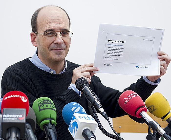 Kontuz-eko Patxi Zamora, Banca Civica eta CANi buruzko agiriak erakusten, atzoko agerraldian.