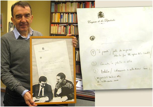 Iñigo Iruin abokatu eta HBko senatari ohia, aste honetan, Donostian, bere bulegoan, gaur 25 urte Josu Muguruzak Madrilen egindako oharren orriarekin. / ENEKOITZ ESNAOLA