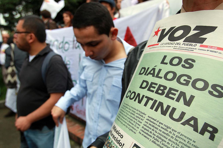 Ezkerreko alderdiek eta gizarte erakundeek deituta, elkarretaratze bat egin zuten atzo Bogotan, negoziazioek aurrera egitearen alde.