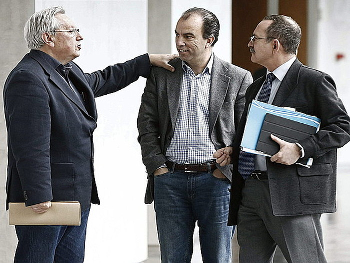 Zabaleta Aralarkoa, Adanero UPNkoarekin eta Martin PPNkoarekin hizketan, Parlamentuko korridoreetan. / JESUS DIGES / EFE