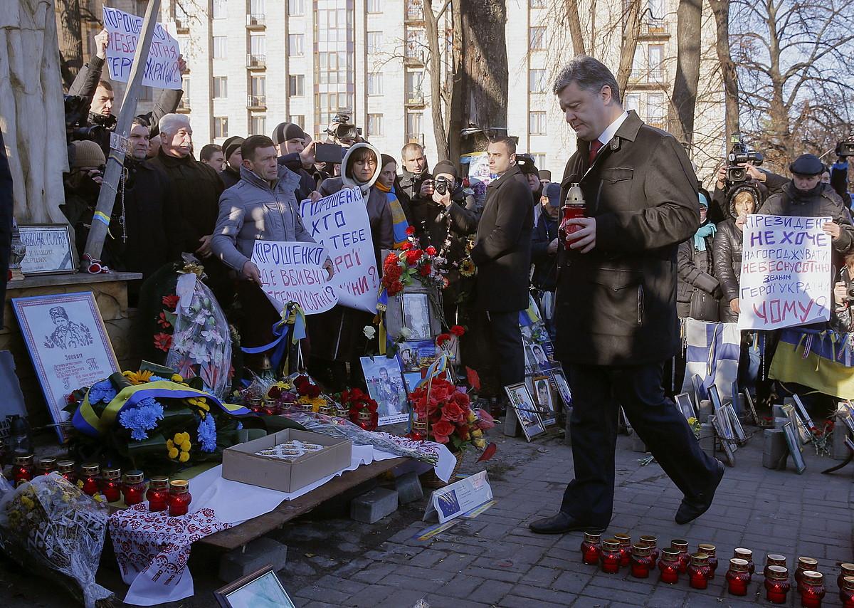 Petro Poroxenko, atzo, protestetan hildakoen omenaldian.