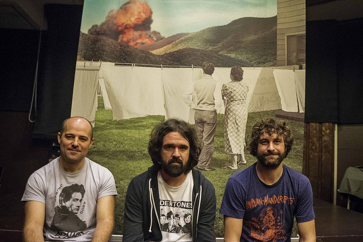 Galder Izagirre, Gorka Urbizu eta David Gonzalez Berri Txarrak taldeko kideak, <em>Denbora da poligrafo bakarra</em> diskoaren aurkezpenean.