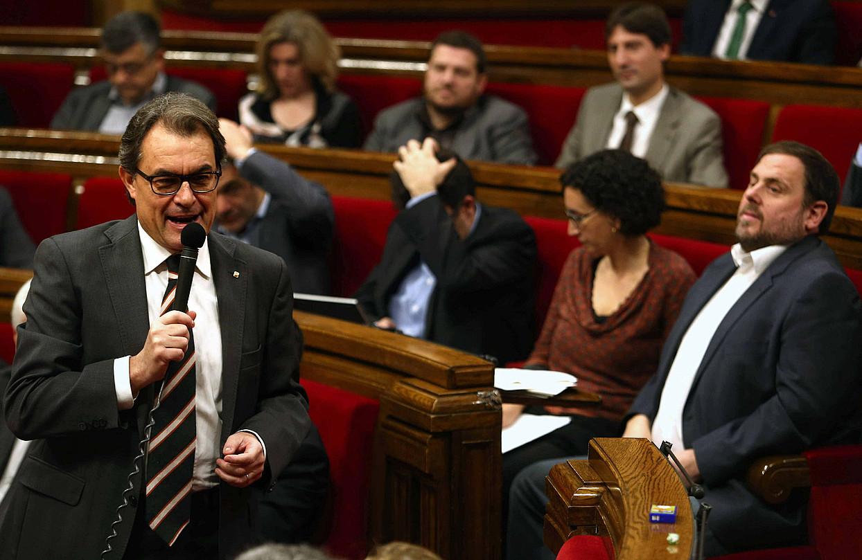 Kataluniako alderdi nagusietako buruek atzo parlamentuko kontrol saioan egin zuten topo. Irudian, ERCko diputatuak Artur Masi entzuten.