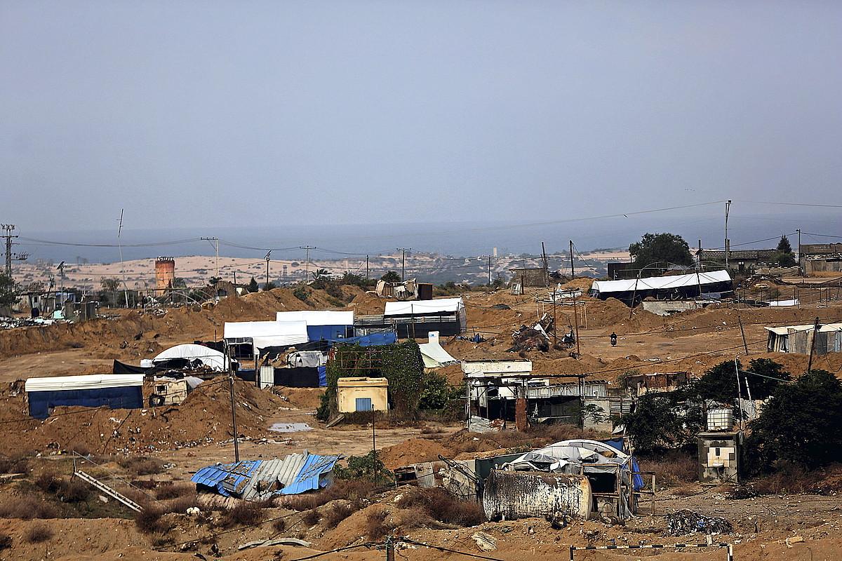 Rafah-eko mugaldeko eremuan, oihal zuriek markatzen dituzte Gazatik Egiptora doazen tunelen sarrerak. Bi urtean %90 suntsitu dituzte.