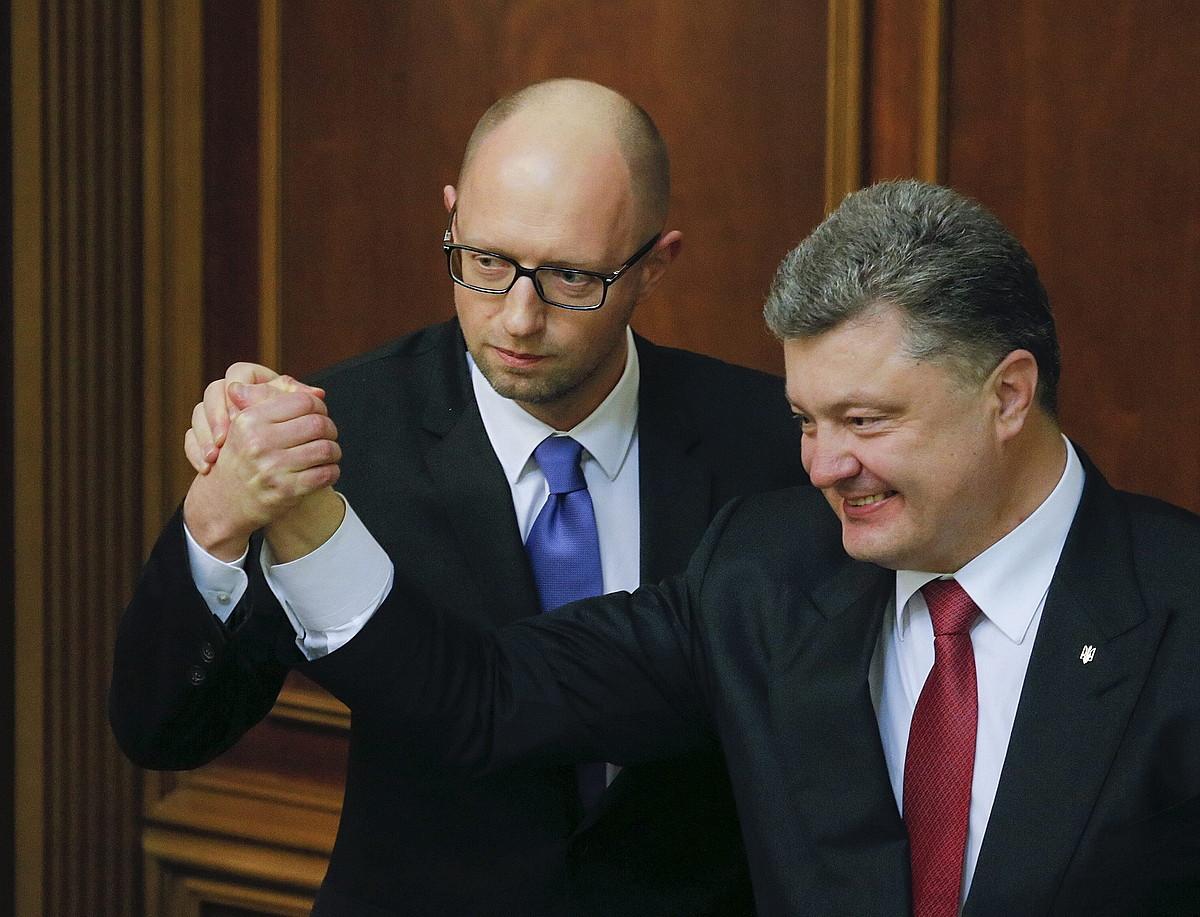 Arseni Jatseniuk eta Petro Poroxenko, atzo, parlamentuan.