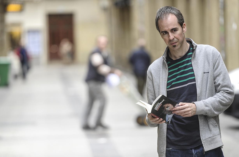 Unai Elorriaga, atzo, Donostian, <em>Iazko hezurrak</em> nobela aurkezten. Azkeneko bost urteetan idatzi du. &copy;JAGOBA MANTEROLA / ARGAZKI PRESS