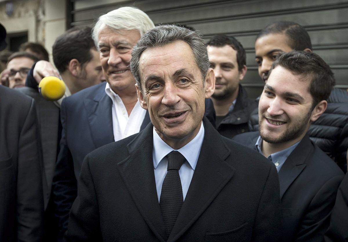 Nicolas Sarkozy, gertukoez inguratuta, alderdiko presidentea hautatzeko botoa eman aurretik.