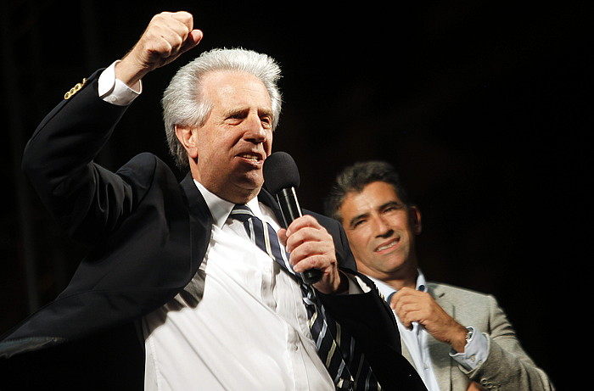 Vazquez garaipena ospatzen. Atzealdean, Raul Sendic, haren presidenteordea izango dena.
