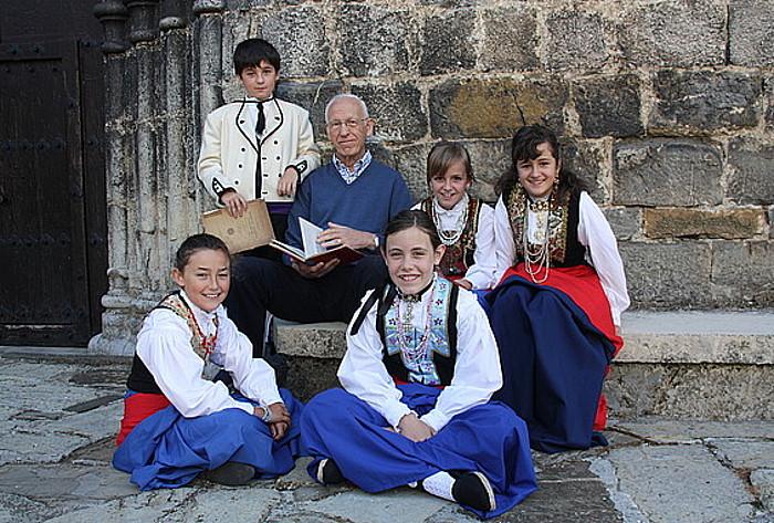 Koldo Artola etnologoa, Erronkariko haurrekin, hango jantzi tradizionala soinean dutela.