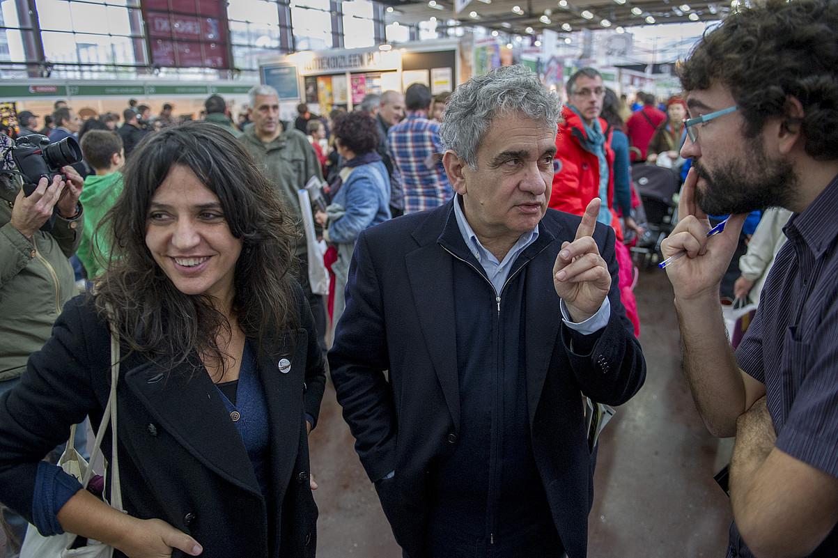 Anari, Bernardo Atxaga eta Iñigo Astiz moderatzailea, saioa hasi baino lehen. / MARISOL RAMIREZ / ARGAZKI PRESS