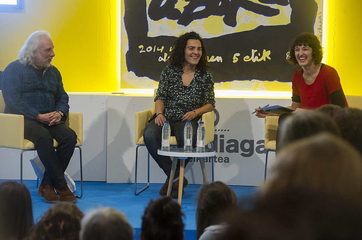 Niko Etxart, Maialen Lujanbio eta Uxue Alberdi moderatzailea, atzo, Durangon. / MONIKA DEL VALLE / ARGAZKI PRESS