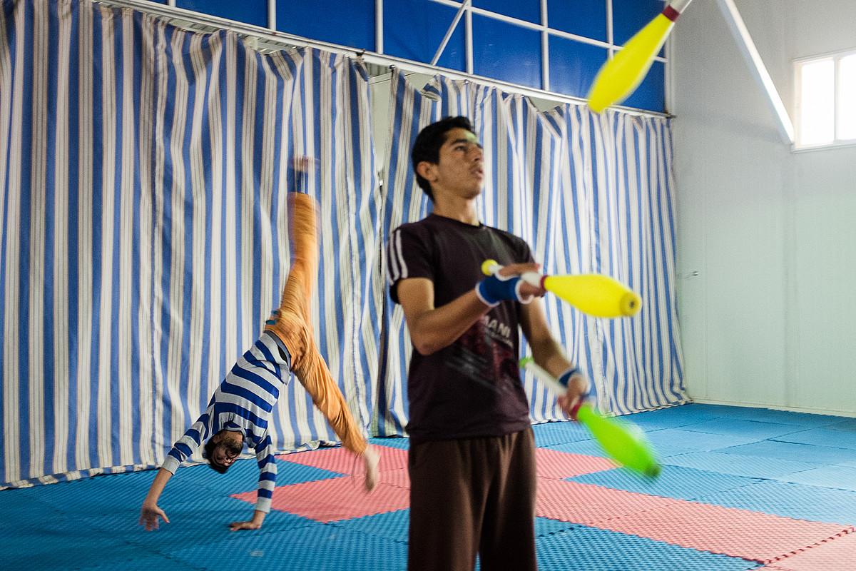 Zirku eskola hangar batean dago, eta mutilek eta neskek aparte ikasten dute.