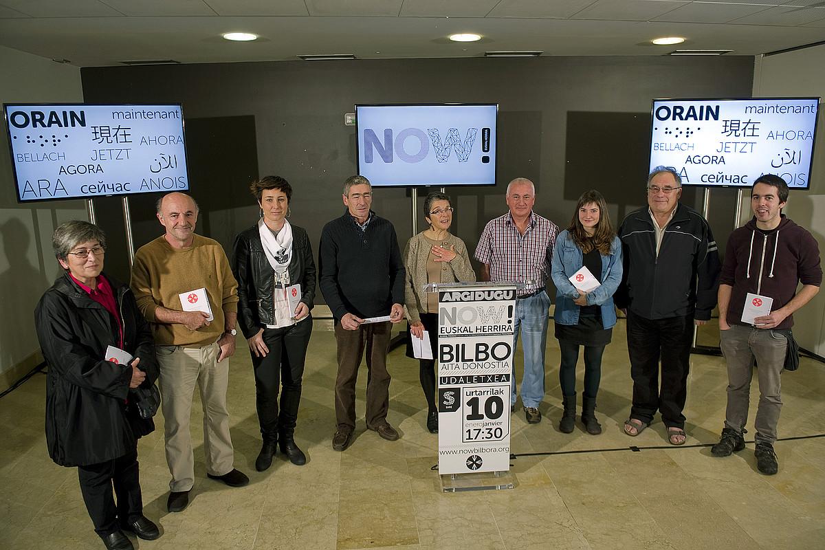 Sareko kideak, atzo, euskal kulturako hainbat kiderekin batera, Donostian. ©JUAN CARLOS RUIZ / ARP