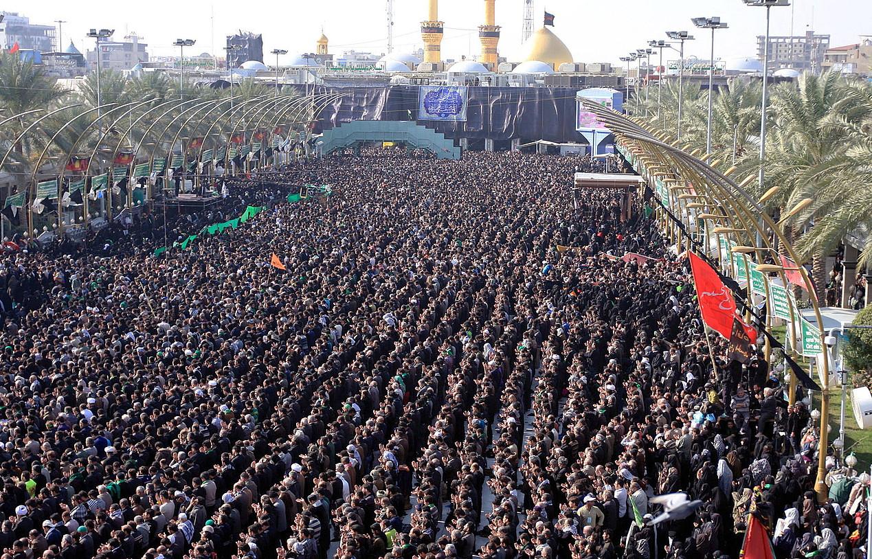 Erromes xiitak errezuan, atzo, Karabalan (Irak).