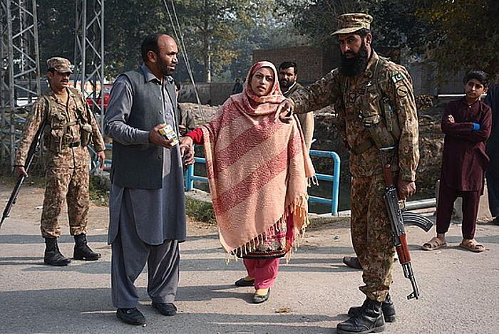 Pakistango armadaren eskolako ikasle batzuen gurasoak, soldadu batekin hizketan, atzo, Peshawarren.
