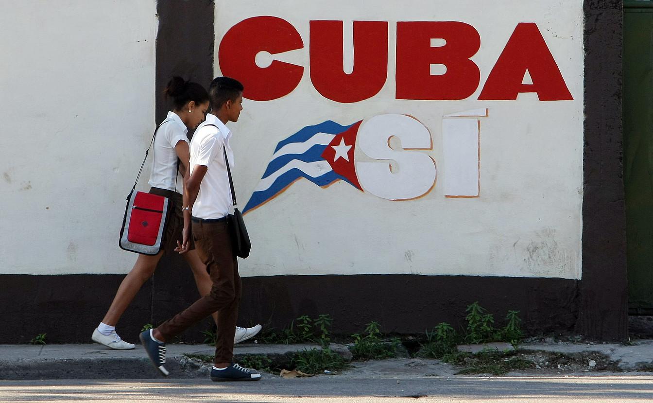Bi ikasle kubatar, AEBek ezarritako bahimenduaren aurreko garaiak ezagutu gabeak, Habanan.