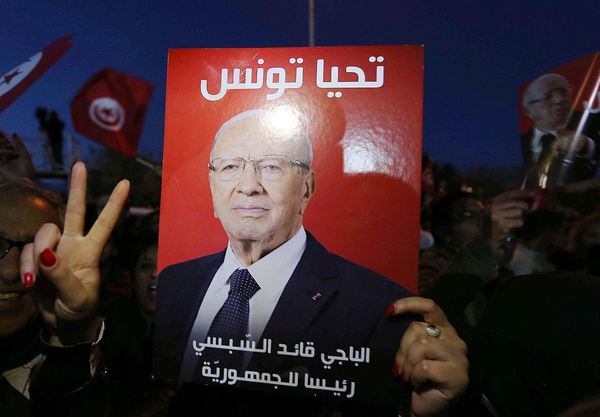 Beji Caid Essebsiren jarraitzaile bat garaipena ospatzen, atzo, Tunisen.