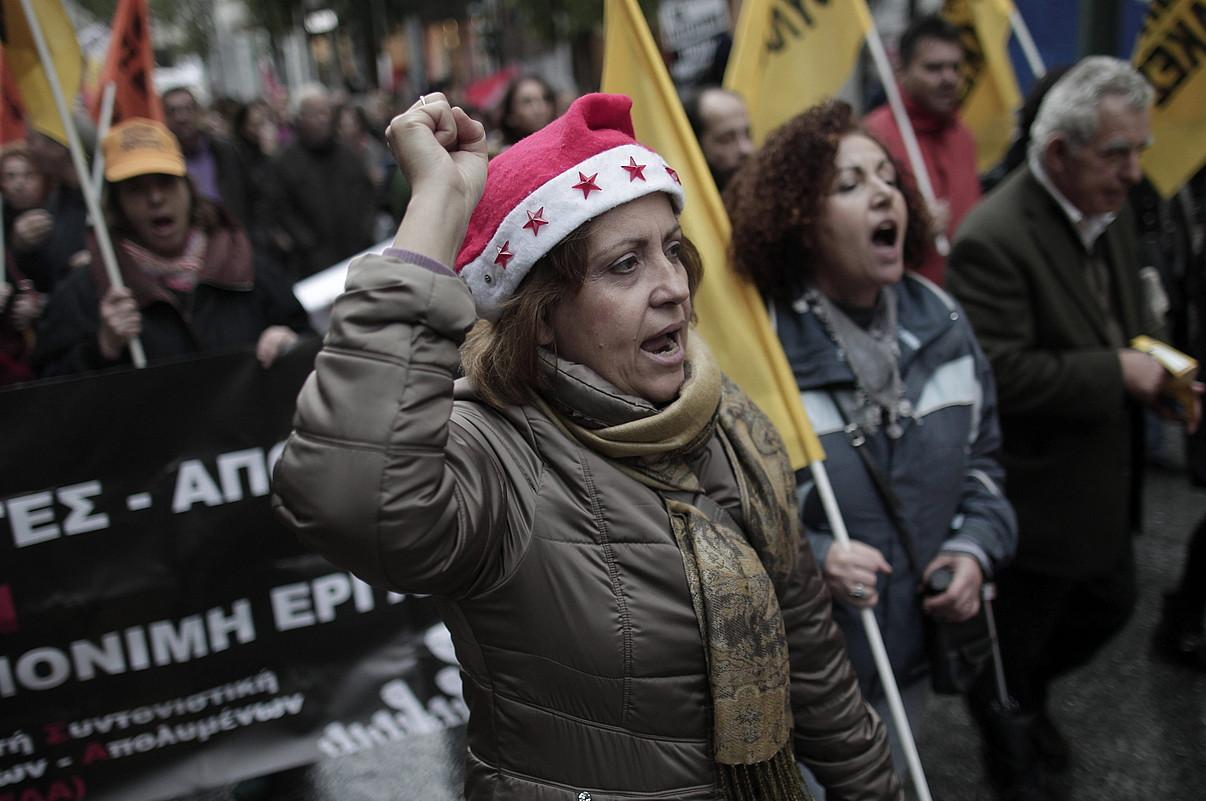 Greziako funtzionarioak, erakunde publikoetako langileak kaleratzearen kontrako manifestazio batean, Atenasen, hilaren 17an.