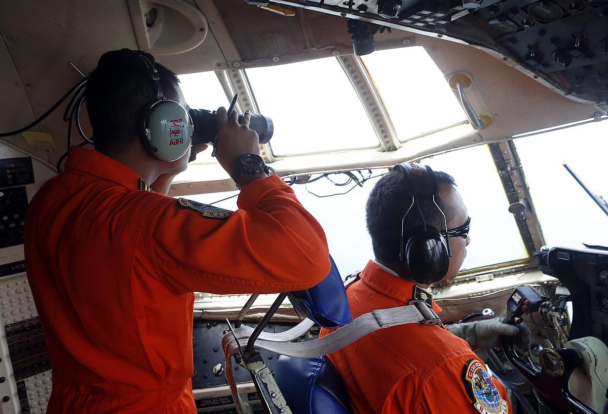 Indonesiako armada, erreskate lanetan, atzo.
