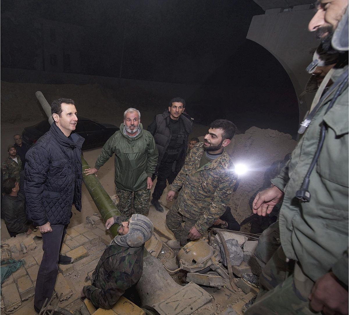 Baxar al-Assad Siriako presidentea soldaduei bisitan, Urtezahar arratsean, Jubargo frontean (Damasko).