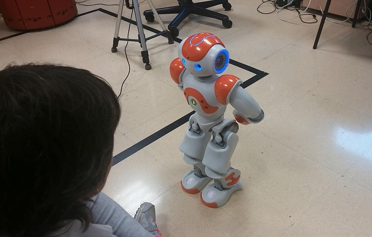 Irudian, Nao robot humanoidea; pertsona-robot elkarrekintza lantzeko darabilte EHUn.