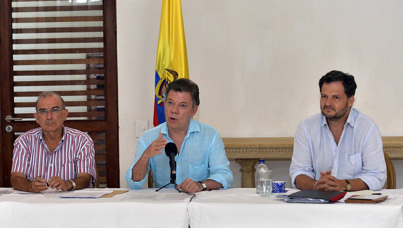 Juan Manuel Santos Kolonbiako presidentea —erdian— bere gobernuko negoziatzaileekin, asteburuko bileren berri ematen.