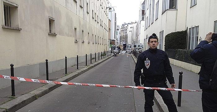 Frantziako Polizia, aldizkari satirikoaren egoitza ondoko kaleak ixten, atzo goizean.