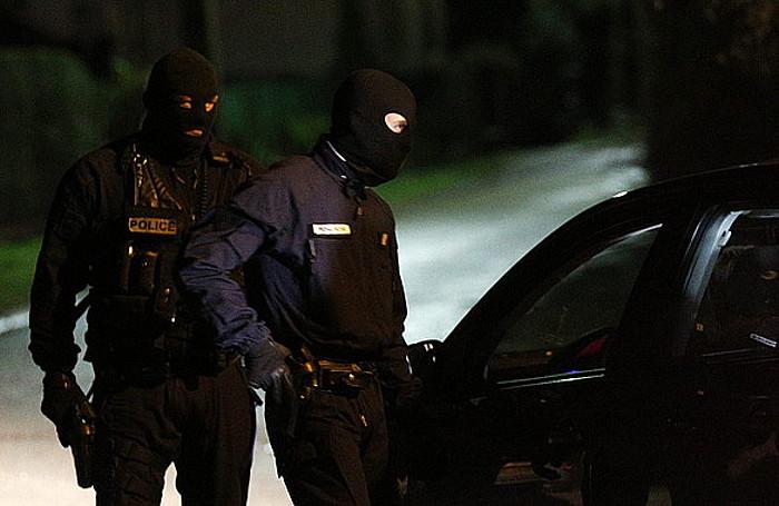 Frantziako Polizia, Longpont herrian, ustezko erasotzaileen bila.