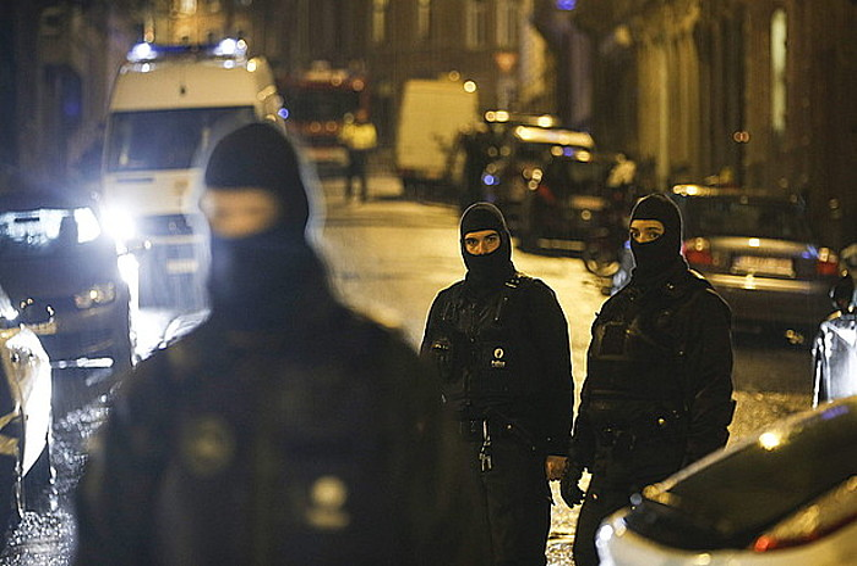 Belgikako poliziak, Verviers hirian, Valonian, atzo, ustezko muturreko talde islamista baten aurkako operazioan.