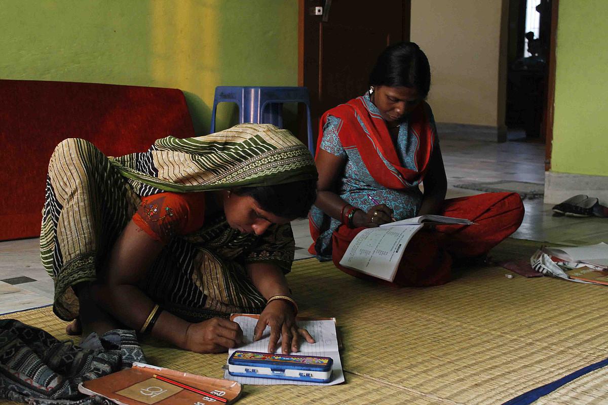 Aisha eta Sangeeta, Semilla para el Cambio gobernuz kanpoko erakundeak Varanasin ematen dituen helduentzako alfabetatze eskoletan.