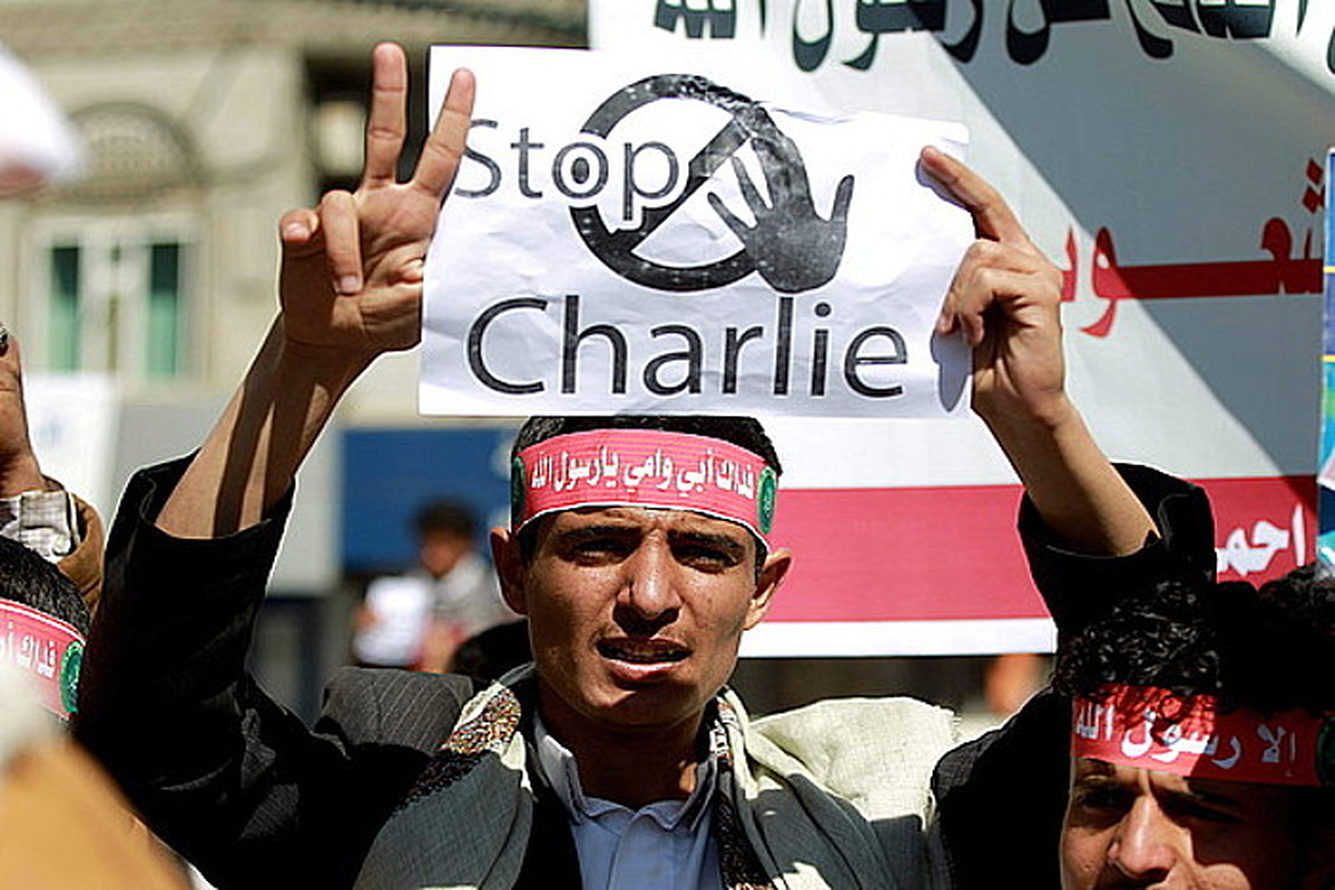 Yemengo Sana hiriburuan Frantziako enbaxadaren parean egindako protesta, atzo.