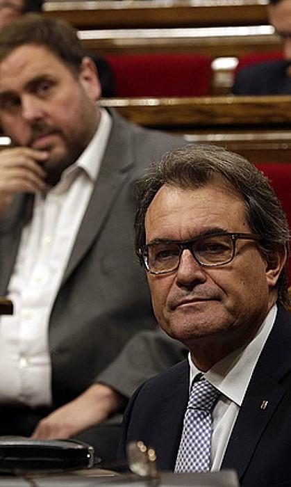 Artur Mas eta Oriol Junqueras, parlamentuko saio batean. ©ALBERTO EST�VEZ / EFE