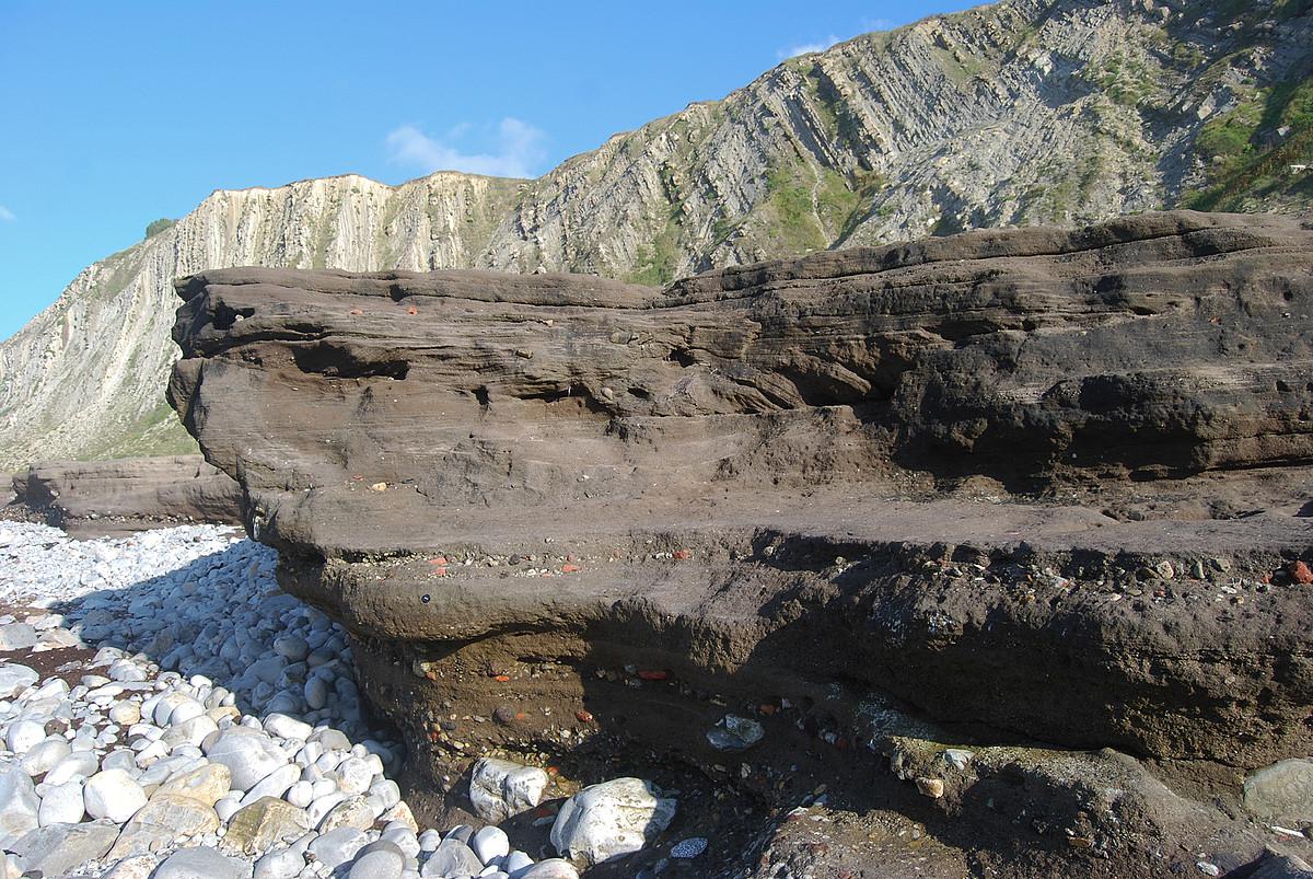 Getxo eta Sopela arteko Gorrondoatxa hondartzako labarretan giza jardueraren aztarnak atzeman daitezke. ©ALEJANDRO ZEARRETA