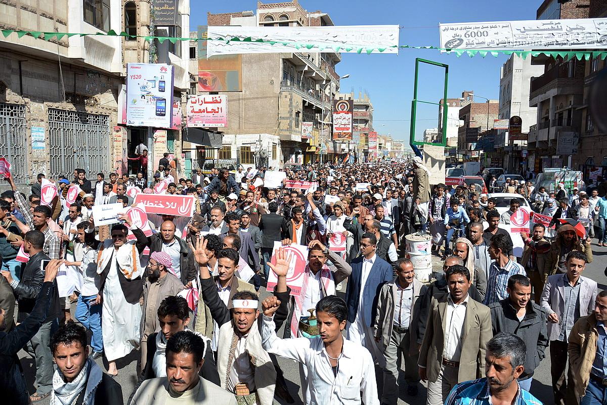 Huthien kontrako manifestazio batean milaka herritar bildu ziren atzo Yemengo hiriburuan.