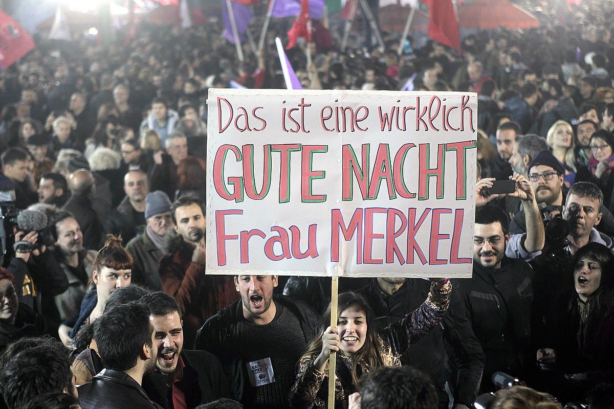 Syrizako jarraitzaileak, Angela Merkeli 'gabon' esaten, hauteskunde gauean.