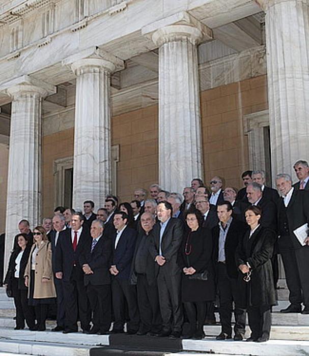 Greziako gobernu berria, ministro eta ministrorde guztiekin, atzo, Parlamentuaren sarreran.