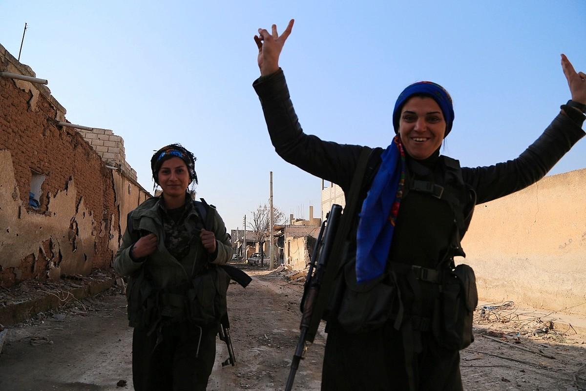 YPJ Emakumeen Autodefentsa Unitateetako borrokalariak, Kobaneren askapena ospatzen.