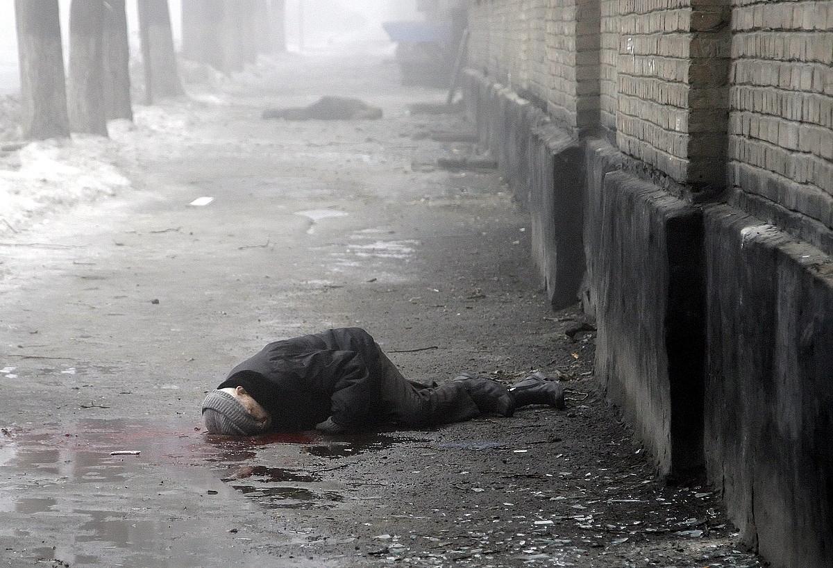 Artilleriaren bonbardaketa batean hildako bi herritarren gorpuak, atzo, Donetsk hiriko karrika batean.