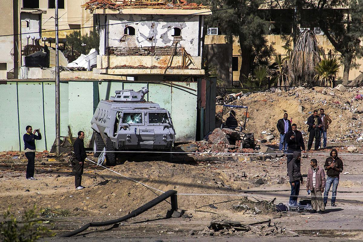 Egiptoko Polizia, Sinaiko erasoak gertatu diren tokietako batean, atzo. ©ALAA ELKAMHAWI / EFE
