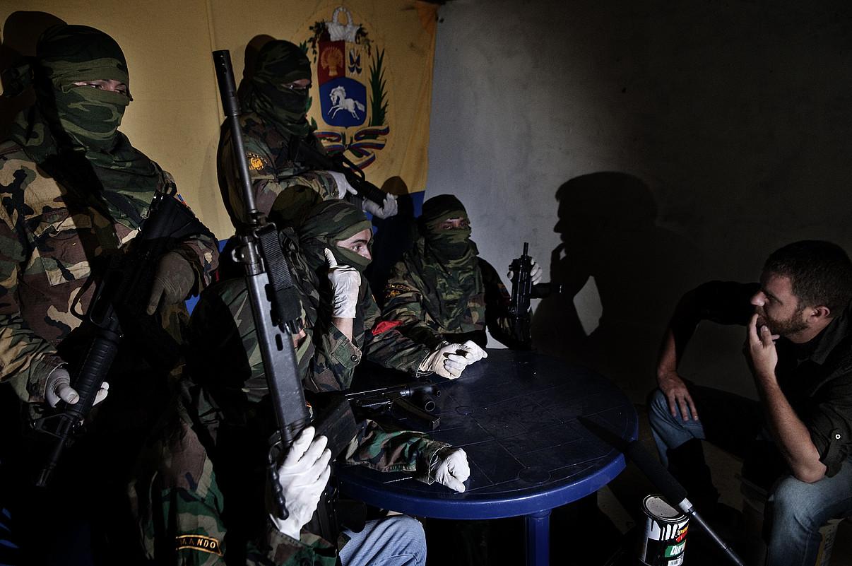 David Beriain (eskubian) Los Carapaica talde armatuko kideekin, Caracasen. / BERRIA