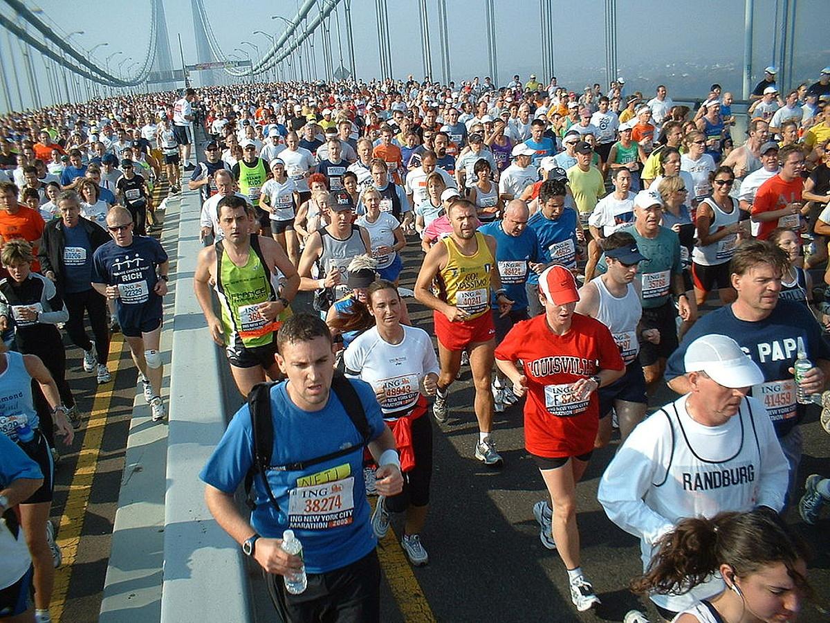 Lasterketa luzeak egitea moda bihurtu dela diote kirol sendagileek; adibidez, New Yorkeko maratoia.