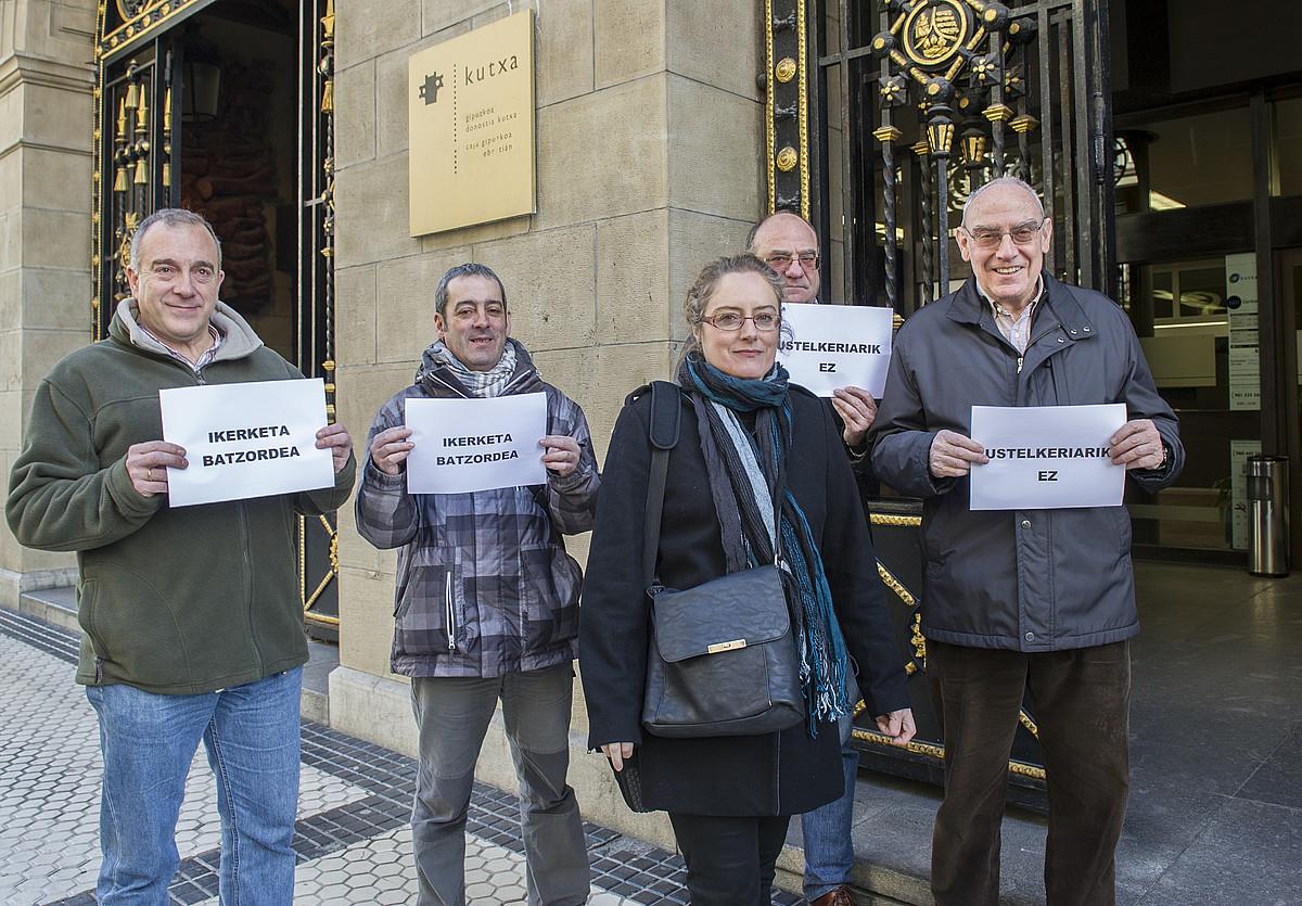 EH Bilduko kideen elkarretaratzea, atzo, Donostiako Kutxabanken egoitzaren aurrean. / GORKA RUBIO / ARGAZKI PRESS