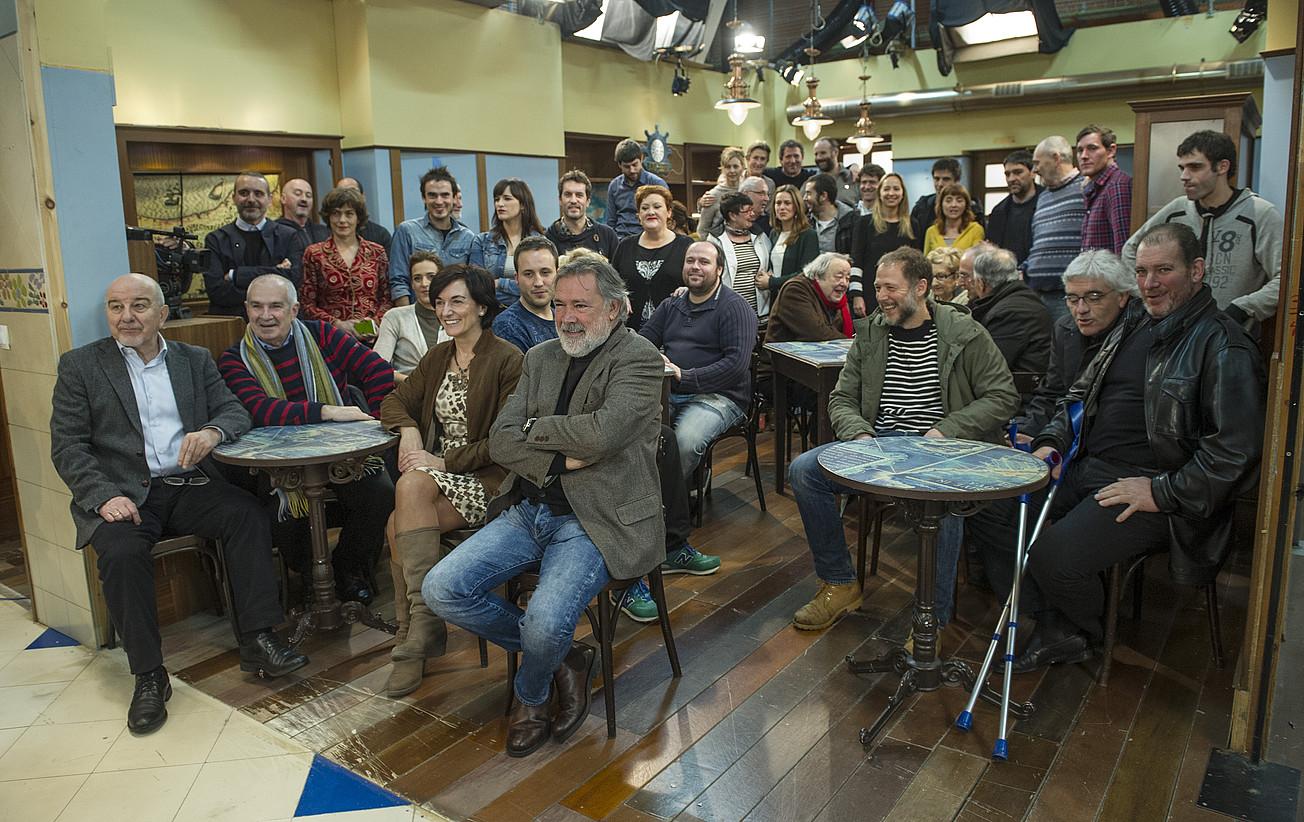 Aktoreak, gidoilariak, zuzendariak, errealizadoreak eta teknikariak elkartu ziren atzo Miramongo estudioetan, Donostia, 20 urteko telesailari agur esateko.