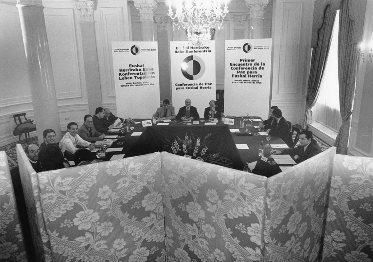 EAJ, HB, EA, IU eta UAko kideak eta moderatzaileak, Bilbon, 1995eko martxoaren 10ean, I. Bake Konferentzian. / EGUNKARIA
